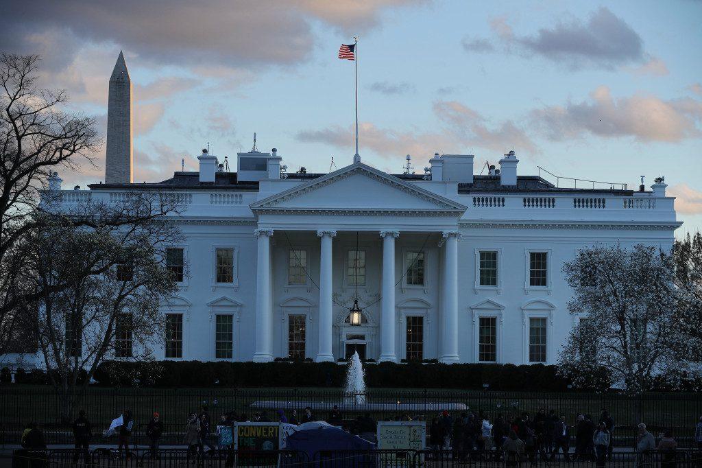 Администрация Белого дома уволила двух высокопоставленных чиновников, допрошенных на процессе по импичменту Трампа