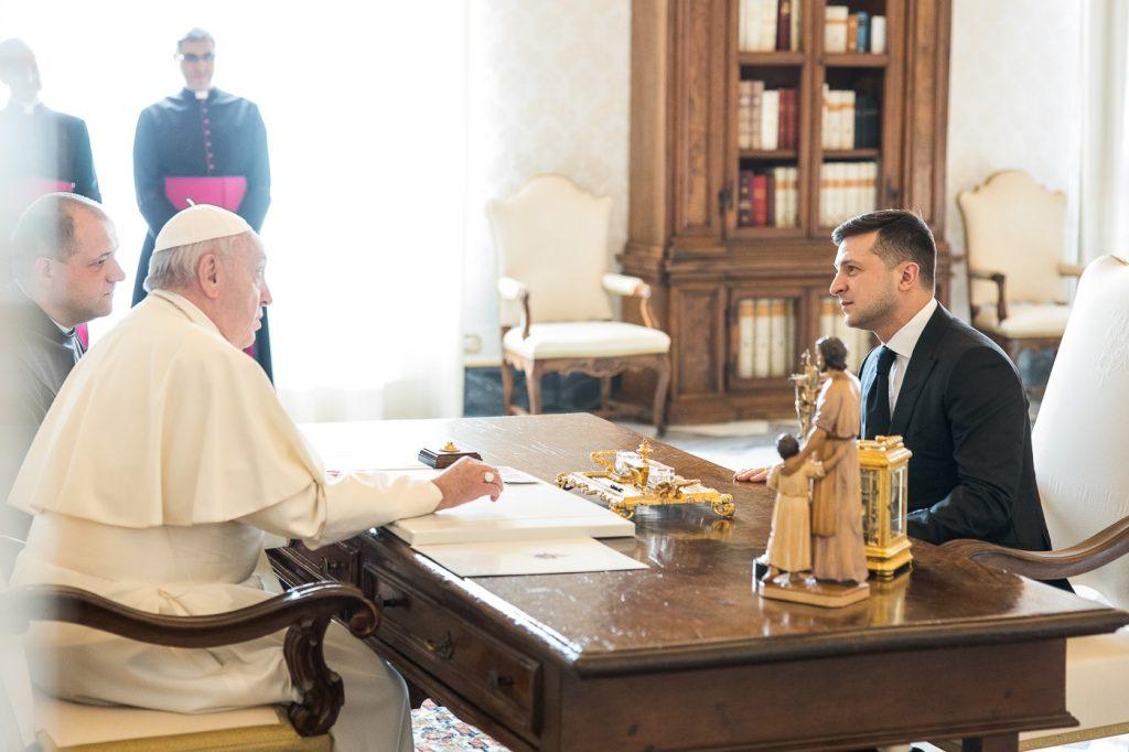 Владимир Зеленский попросил Папу Римского помощи в освобождении пленных на Донбассе