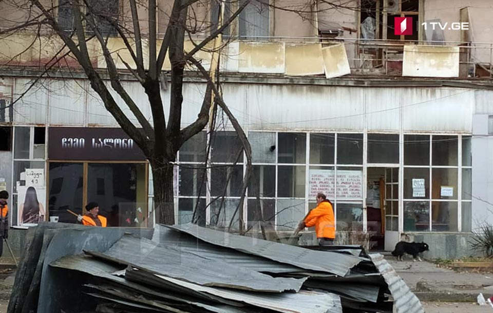 ძლიერმა ქარმა გორში ერთ-ერთ შენობას სახურავი გადახადა [ფოტო]