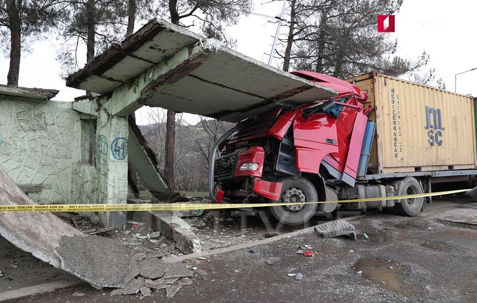 На Западе Грузии трейлер врезался в автобусную остановку