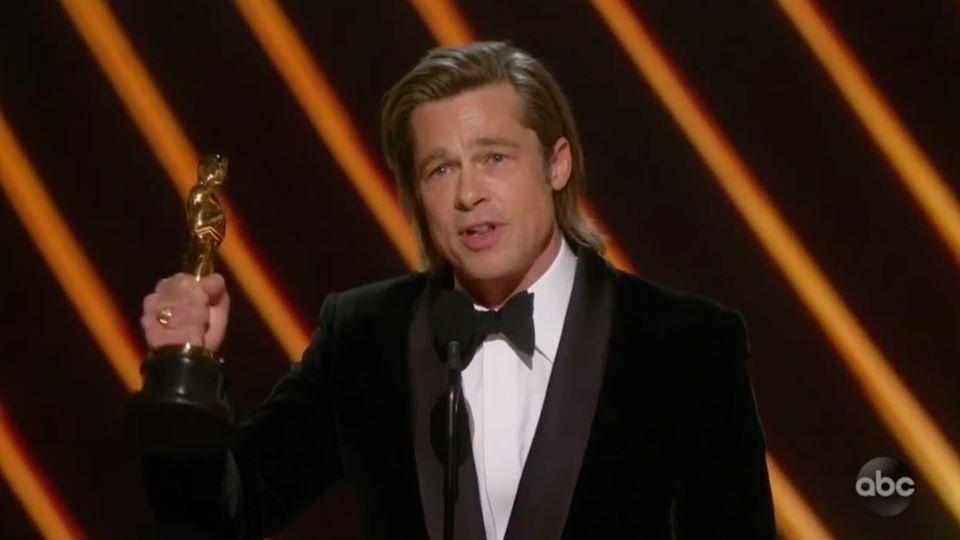 """მსახიობმა ბრედ პიტმა პირველი """"ოსკარი"""" მიიღო [ვიდეო]"""