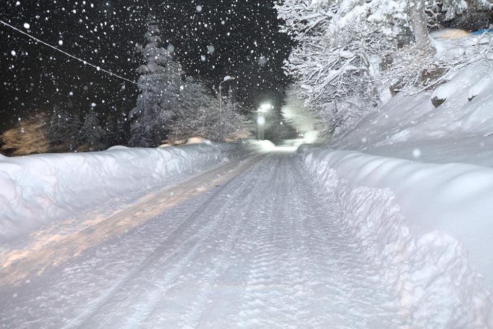 მაღალმთიან აჭარაში ისევ თოვს, გზების გაწმენდითი სამუშაოები გვიან ღამემდე გაგრძელდება