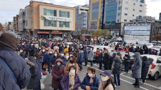 სამხრეთ კორეელი ჟურნალისტი სეულში გადაღებულ ფოტოს ავრცელებს - მოქალაქეები სამედიცინო პირბადეების რიგში