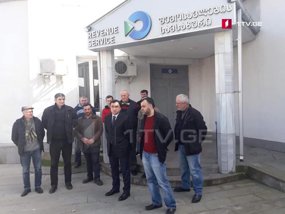 ოზურგეთში თუთუნის მწარმოებლებმა და რეალიზატორებმა აქცია გამართეს