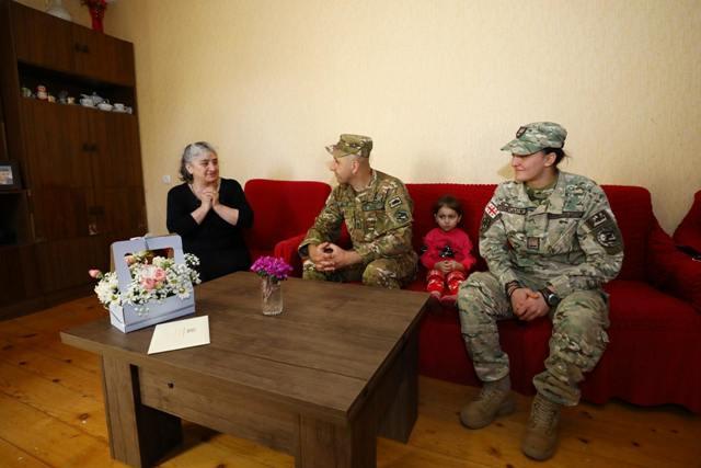 აგვისტოს ომსა და საერთაშორისო მისიებში დაღუპული სამხედროების დედებს 3 მარტი ჯარისკაცებმა მიულოცეს