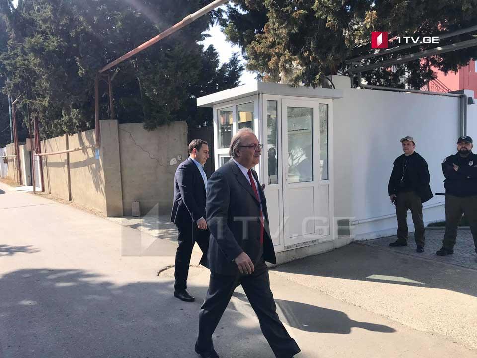 Diplomatların iştirakı ilə hakim komanda və müxalifət nümayəndələri arasında danışıqlar aparılır