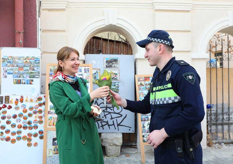 საპატრულო პოლიციის თანამშრომლებმა ქალებს 8 მარტი მიულოცეს [ფოტო]