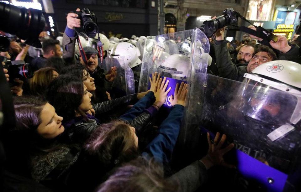 თურქეთში ქალთა დღისადმი მიძღვნილი აქცია პოლიციამ წყლის ჭავლით დაშალა