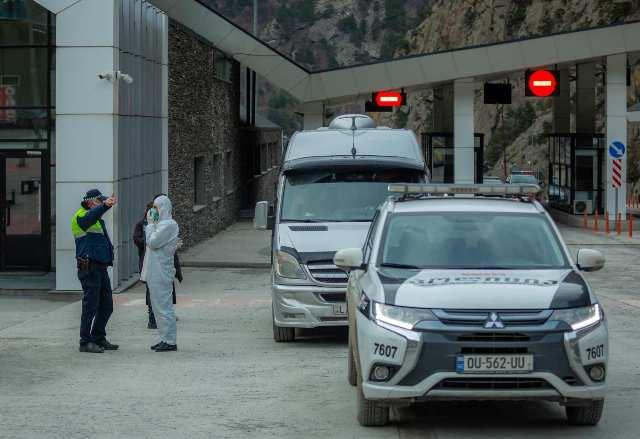 ლარსის სასაზღვრო გამტარ პუნქტში შემოსული სატრანზიტო სატვირთო მანქანების კოლონას საპატრულო პოლიცია აცილებს