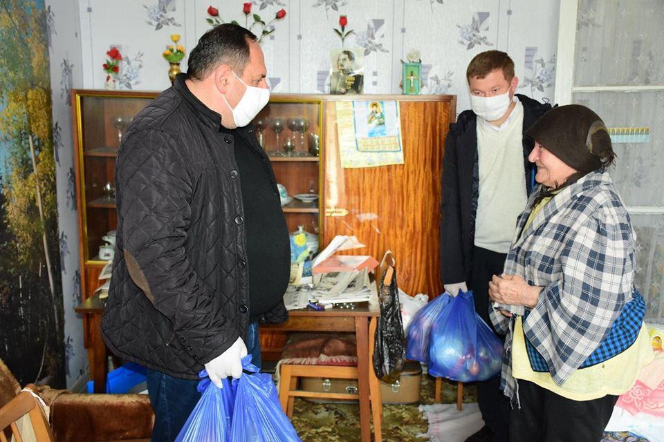 საჩხერის მუნიციპალიტეტის მერმა და საკრებულოს თავმჯდომარემ 70 წელს გადაცილებულ მარტოხელა მოხუცებსსურსათი სახლებში მიუტანეს