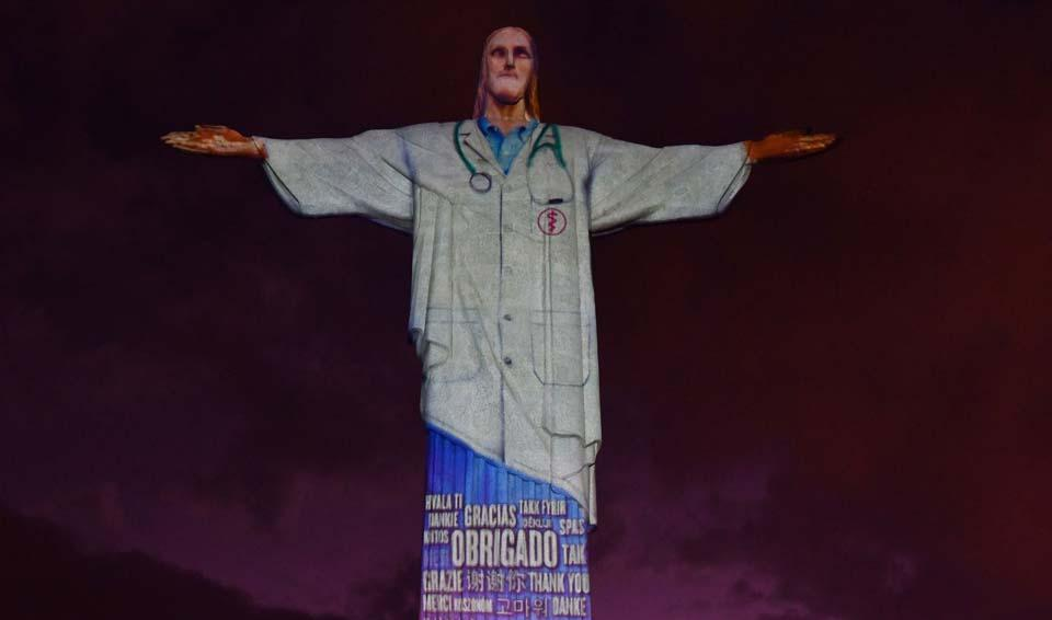 В Рио-де-Жанейро статую Христа-Искупителя облачили в виртуальный халат врача