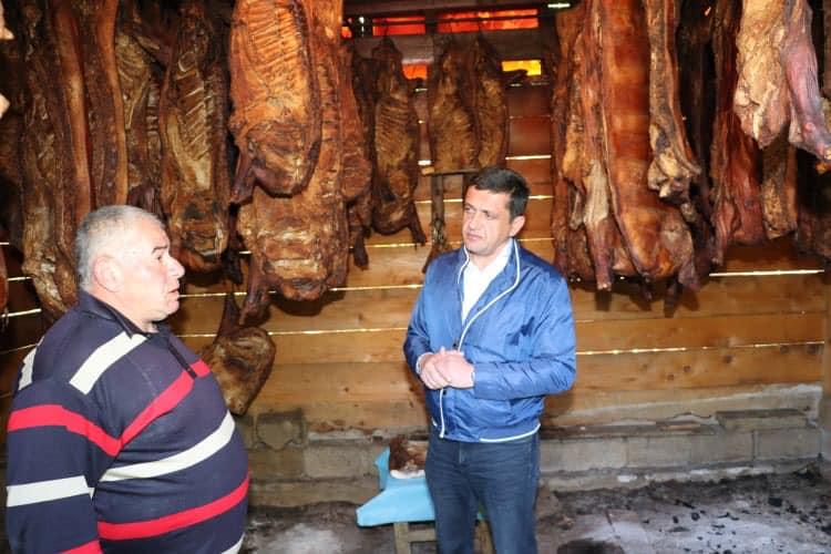 სახელმწიფო რწმუნებული არჩილ ჯაფარიძე ამბროლაურში რაჭული ლორის წარმოების პროცესს გაეცნო