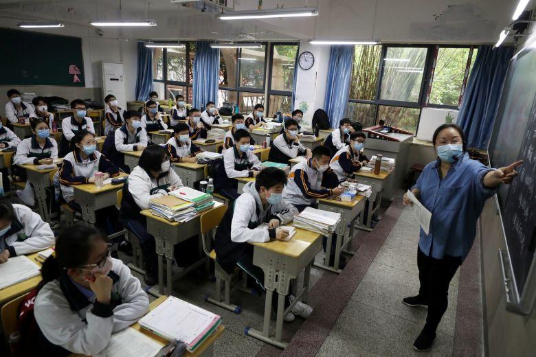 ჩინეთის ქალაქ უხანში უფროსკლასელი მოსწავლეებისთვის სასწავლო პროცესი აღდგა