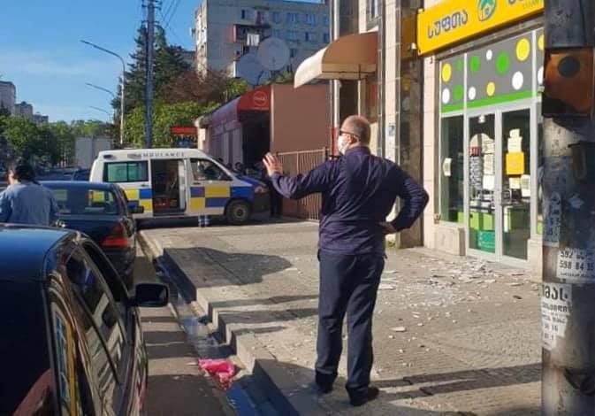 ქუთაისში, მაღალსართულიანი შენობიდან ბათქაშის ჩამონგრევის შედეგად ერთი ადამიანი დაშავდა