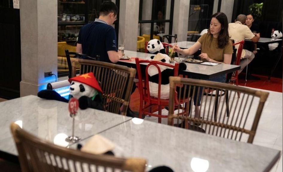 ტაილანდის ერთ-ერთ რესტორანში სოციალური დისტანციის გამო ცარიელ სკამებზე სათამაშო პანდები განათავსეს