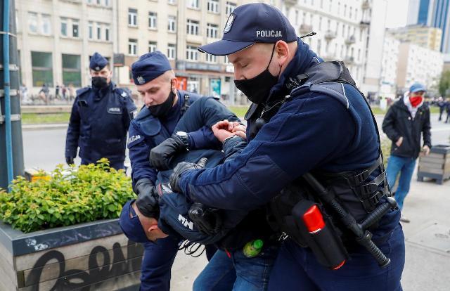 პოლონეთში ბიზნესის გახსნის დაჩქარების მოთხოვნით გამართული აქციის დასაშლელად პოლიციამ ცრემლსადენი გაზი გამოიყენა