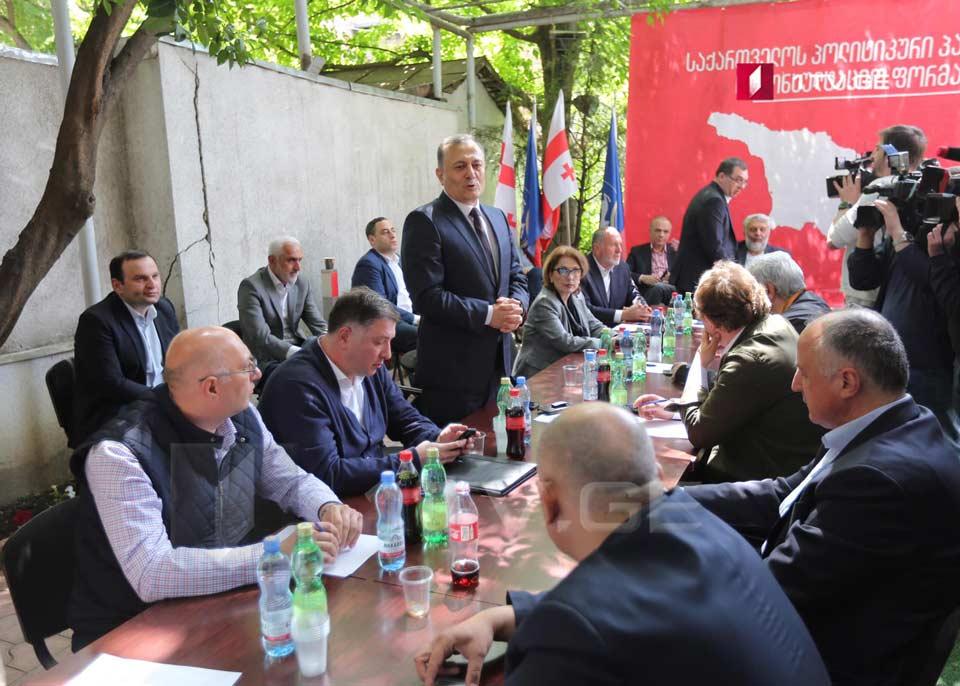 Представители оппозиции распространяют совместное заявление