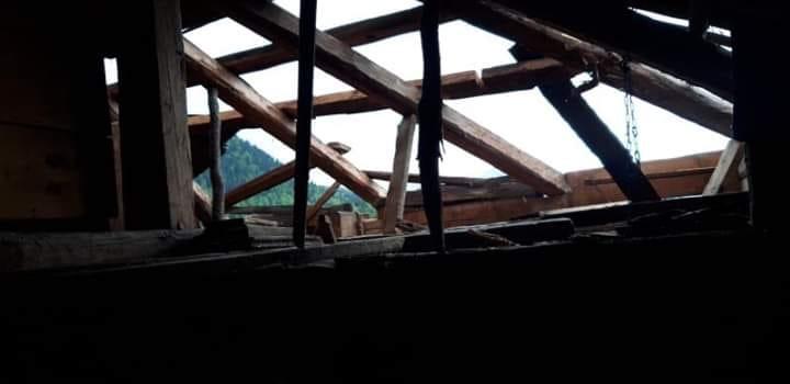 ძლიერმა ქარმა ხულოს მუნიციპალიტეტის რამდენიმე სოფელში საცხოვრებელი სახლები დააზიანა