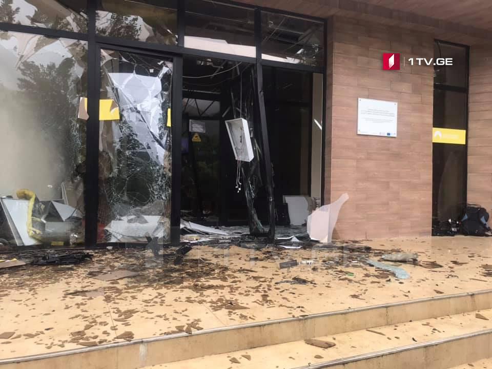 სოფელ კოხნარშისავარაუდოდ აფეთქების შედეგად საზოგადოებრივი ცენტრის შენობა დაზიანდა