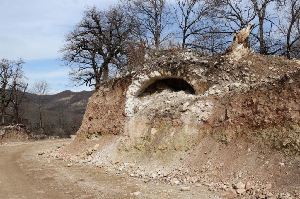 საჩხერე-რაჭის დამაკავშირებელი გზის მშენებლობისას ძველი კირქვით ნაშენი სარკოფაგის ფრაგმენტები აღმოაჩინეს