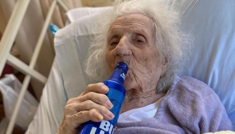 """მასაჩუსეტსში """"კოვიდ-19""""-ისგან გამოჯანმრთელებულმა 103 წლის ქალმა ვირუსზე გამარჯვება ცივი ლუდით აღნიშნა"""