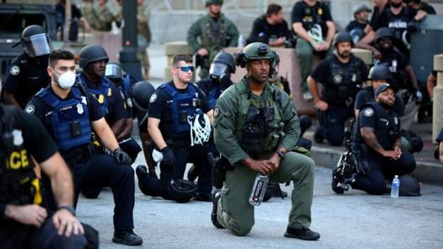 აშშ-ის რამდენიმე ქალაქში პოლიციელებმა დემონსტრანტებთან ერთად სოლიდარობის ნიშნად მუხლი მოიყარეს