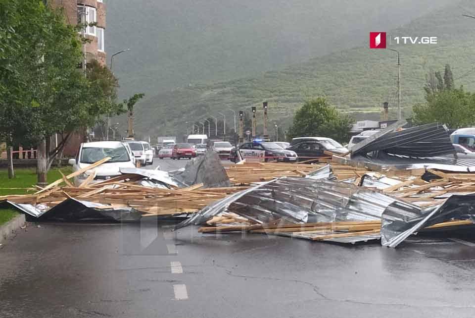 Сильный ветер сорвал крышу жилого дома в Гори