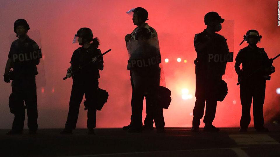 """""""სიენენი""""- აშშ-ში პოლიციელების მხრიდან რეზინის ტყვიების გამოყენების შედეგად ბევრმა თვალი დაკარგა, რის გამოც მოსახლეობის ნაწილი ამ ტიპის იარაღის გამოყენების აკრძალვას ითხოვს"""