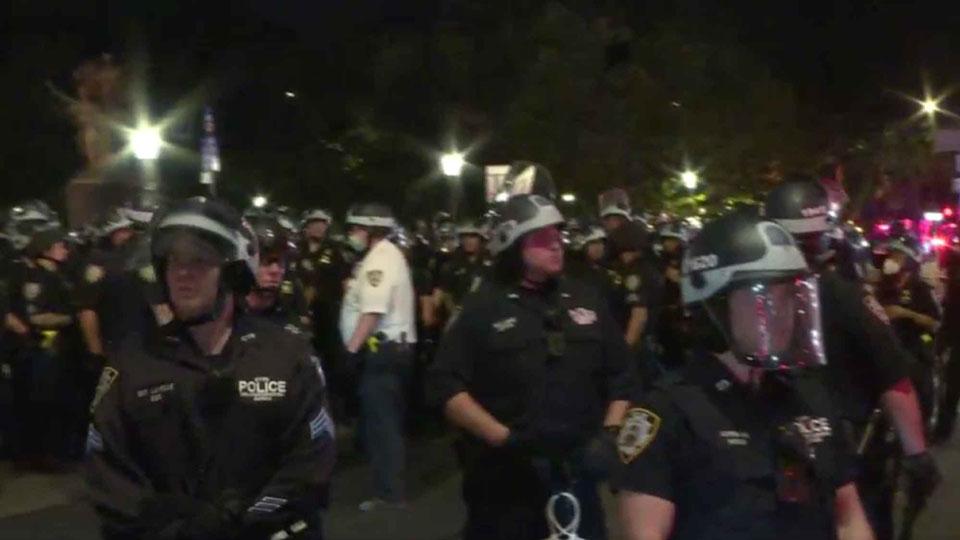 ნიუ იორკში პოლიციამ კომენდანტის საათის დარღვევის გამო რამდენიმე დემონსტრანტი დააკავა