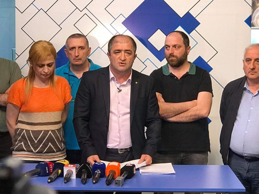 """აჭარის ტელევიზიის მენეჯმენტი განცხადებას ავრცელებს - ტელევიზიასთან მოშიმშილე ორი პირი """"ევროპული საქართველოს"""" მაჟორიტარობის კანდიდატი და შემომწირველები იყვნენ"""
