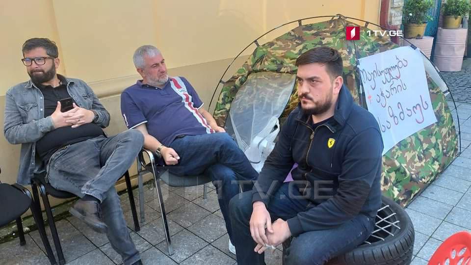"""ალექსანდრე მილორავა, რომელიც აჭარის ტელევიზიასთან აქციას მართავს, ადასტურებს, რომ """"ევროპული საქარველოს"""" წევრი იყო"""