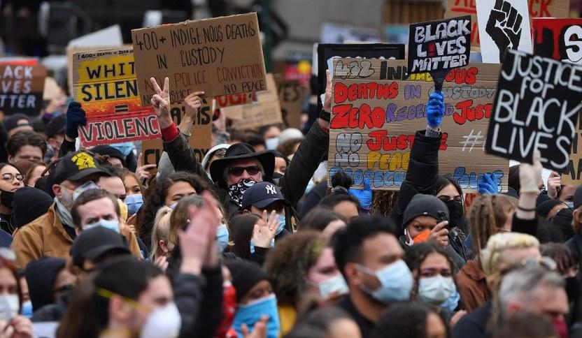 პოლიციის მხრიდან ძალადობისა და რასობრივი დისკრიმინაციის წინააღმდეგ აქციებზე ავსტრალიაში ათასობით ადამიანი გამოვიდა