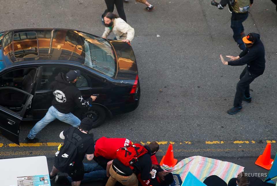 სიეტლში უცნობი პირი აქციაზე მანქანით შეიჭრა და დემონსტრანტებს ცეცხლი გაუხსნა