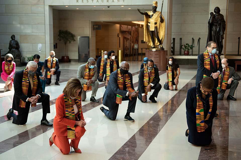 აშშ-ის კონგრესში დემოკრატიული პარტიის წევრებმა ჯორჯ ფლოიდის ხსოვნას პატივი მიაგეს