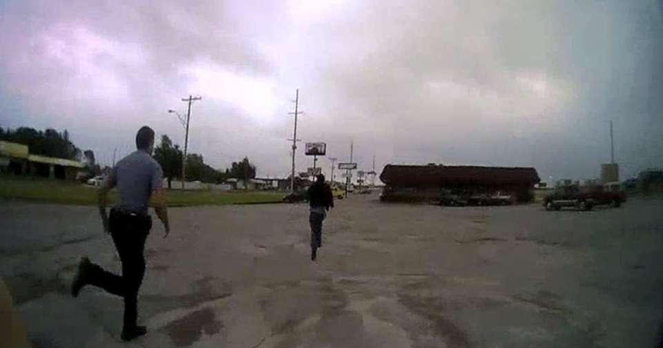 ოკლაჰომას პოლიციის დეპარტამენტმა გამოაქვეყნა სამხრე ვიდეოკამერის ჩანაწერი, რომელზეც ფერადკანიანი მამაკაცის დაკავება ჩანს