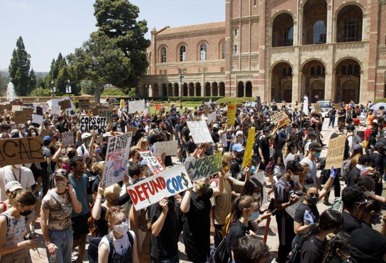 კალიფორნიის უნივერსიტეტის პროფესორი ფერადკანიანი სტუდენტებისთვის გამონაკლისის დაშვებაზე უარის გამო სამსახურიდან გაათავისუფლეს