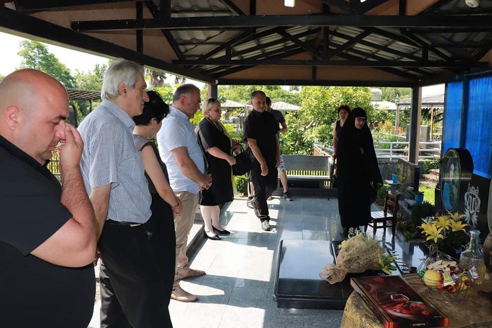 ხობში ადგილობრივი ხელისუფლების წარმომადგენლებმა 13 ივნისის სტიქიის დროს გარდაცვლილი გარდაცვლილი ინდირა და ლიზი ზარანდიების ხსოვნას პატივი მიაგეს
