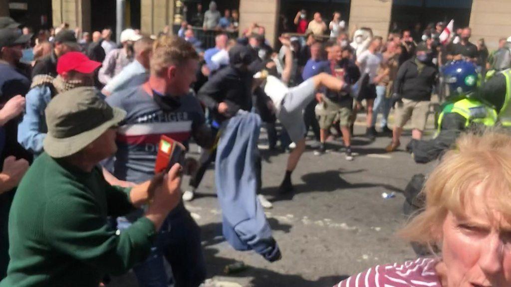 ლონდონში, რასიზმის საწინააღმდეგო აქციაზე პოლიციამ 100-ზე მეტი პირი დააკავა