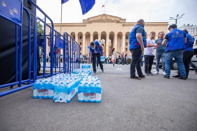 Муниципальная инспекция мэрии Тбилиси принесла питьевую воду участникам акции на проспекте Руставели