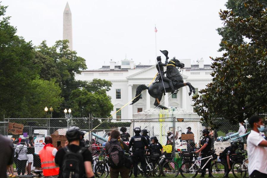 თეთრ სახლთან ენდრიუ ჯექსონის ძეგლის ჩამოგდების მცდელობა პოლიციასთან შეტაკებით დასრულდა