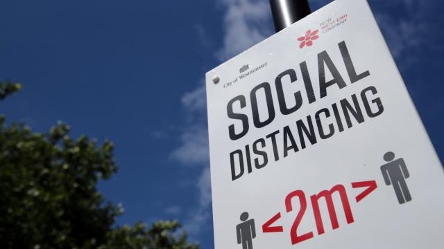ბრიტანეთში ორმეტრიანი სოციალური დისტანცირების წესი ერთმეტრიანით იცვლება