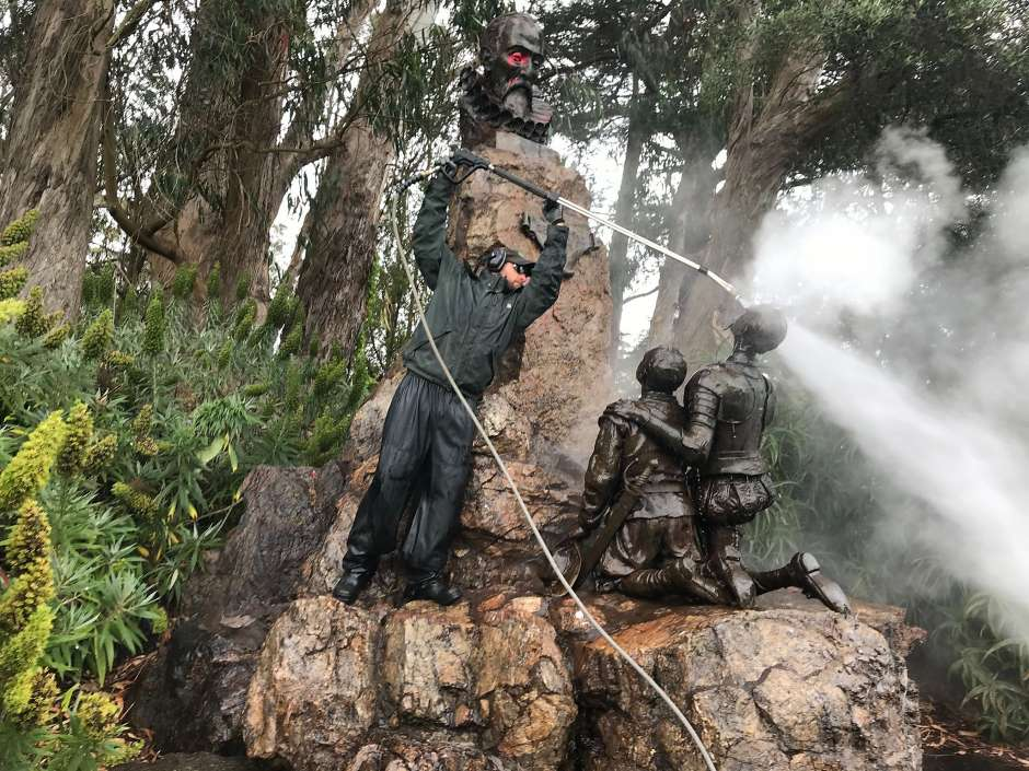 სან ფრანცისკოში რასიზმის საწინააღმდეგო აქციის მონაწილეებმა მიგელ დე სერვანტესის ძეგლი წითელი საღებავით შეღებეს