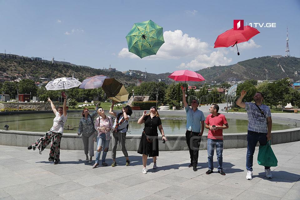 Ռիղեի այգում էքսկուրսավարները անց են կացնում ցույց-ֆլեշմոբ