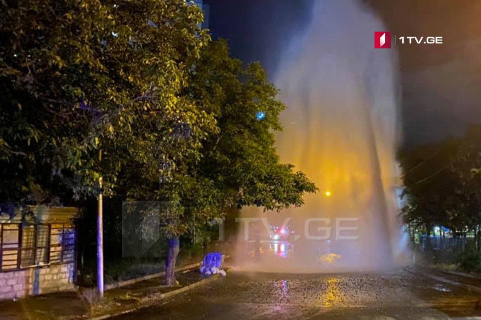 მინდელის ქუჩაზე წყლის მაგისტრალური მილი დაზიანდა [ფოტო]