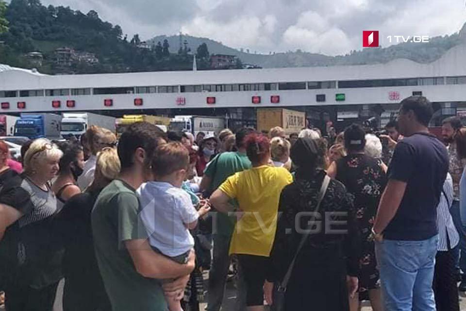 В Сарпи проходит акция протеста с требованием открытия границы между Грузией и Турцией