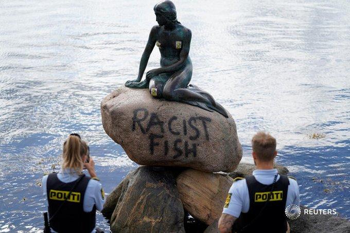 """კოპენჰაგენში ქალთევზას ქანდაკებას უცნობმა პირებმა """"რასისტული თევზი"""" დააწერეს"""