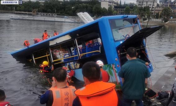 ჩინეთის ერთ-ერთ პროვინციაში ავტობუსი ტბაში გადავარდა, გარდაიცვალა 21 ადამიანი