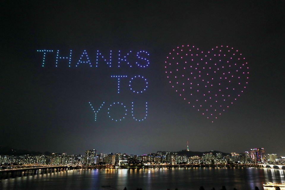 სამხრეთ კორეაში სამასმა უპილოტო საფრენმა აპარატმა სხვადასხვა გზავნილით სეულის ცა გაანათა
