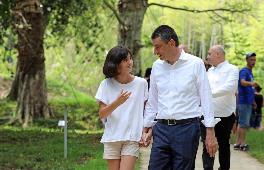 Георгий Гахария посетил с дочерью Дендрологический парк (фото)