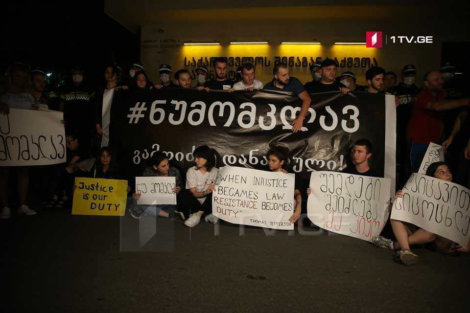 Bir neçə gənclər hərəkatının üzvləri DİN qarşısında aksiya keçirirlər